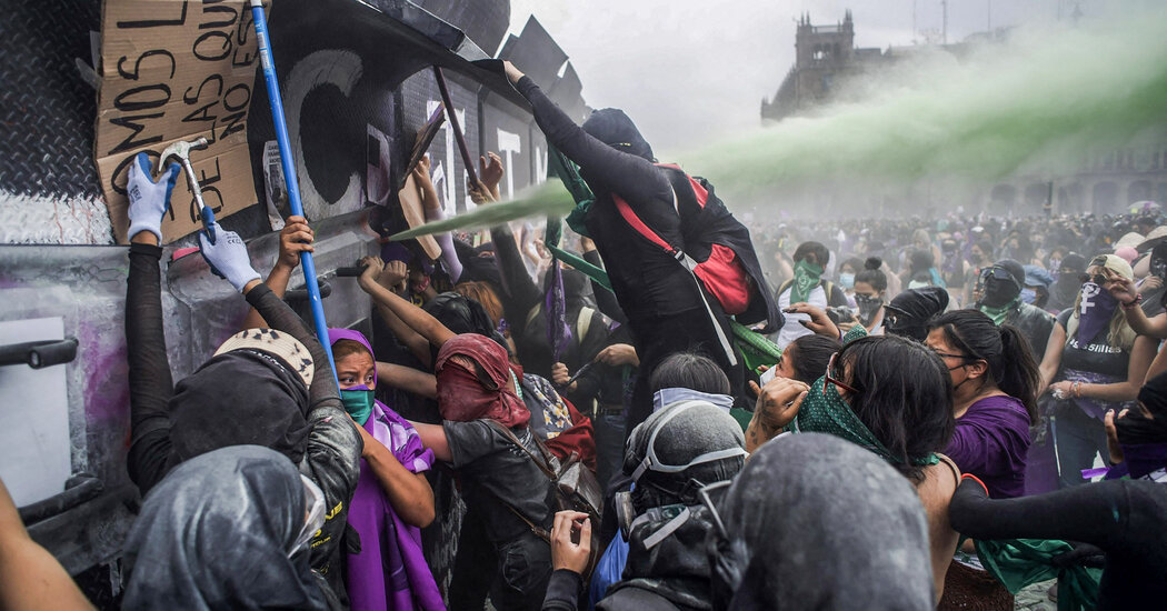 A Women's March in Mexico City Turns Violent, With at Least 81 Injured [Video]