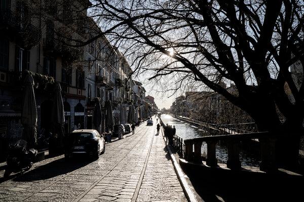 Un barrio de barrio normalmente bullicioso en Milán el lunes.