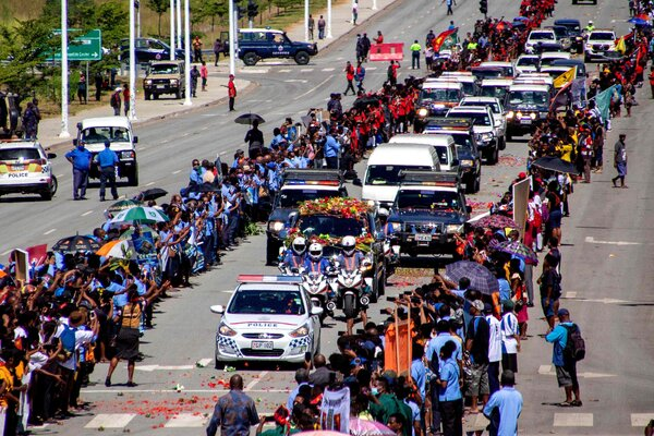 Lining up as the police escorted a hearse carrying the coffin of Papua New Guinea's first prime minister, Michael Somare, in Port Moresby on Thursday.