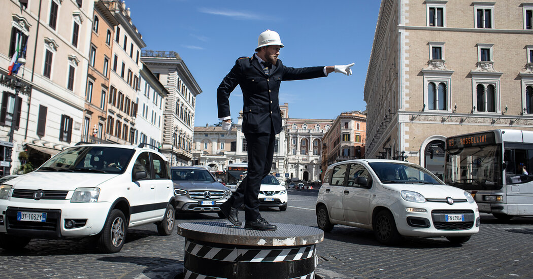 Return of Traffic Cops to Landmark Piazza Brings Unlikely Joy in Rome