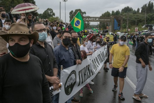 Partidarios del presidente Jair Bolsonaro durante una manifestación en la localidad de Canela organizada por líderes empresariales locales contra el cierre.