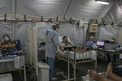 Pacientes diagnosticados con COVID-19 en un hospital de campaña construido por el ejército frente a la entrada principal del Hospital Restinga e Extremo Sul.