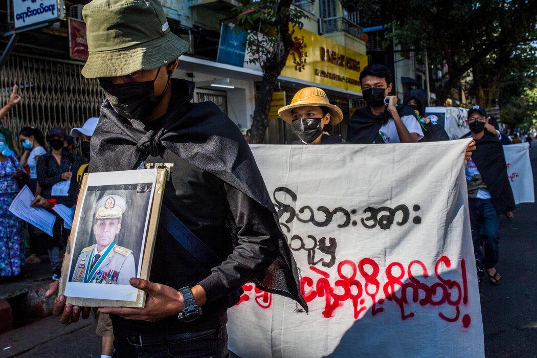 """今年2月的政变发生几天后,仰光的抗议者为最高军事指挥官敏昂莱大将举行了""""葬礼""""。从那时起,他的部队已经杀害了700多名平民。"""