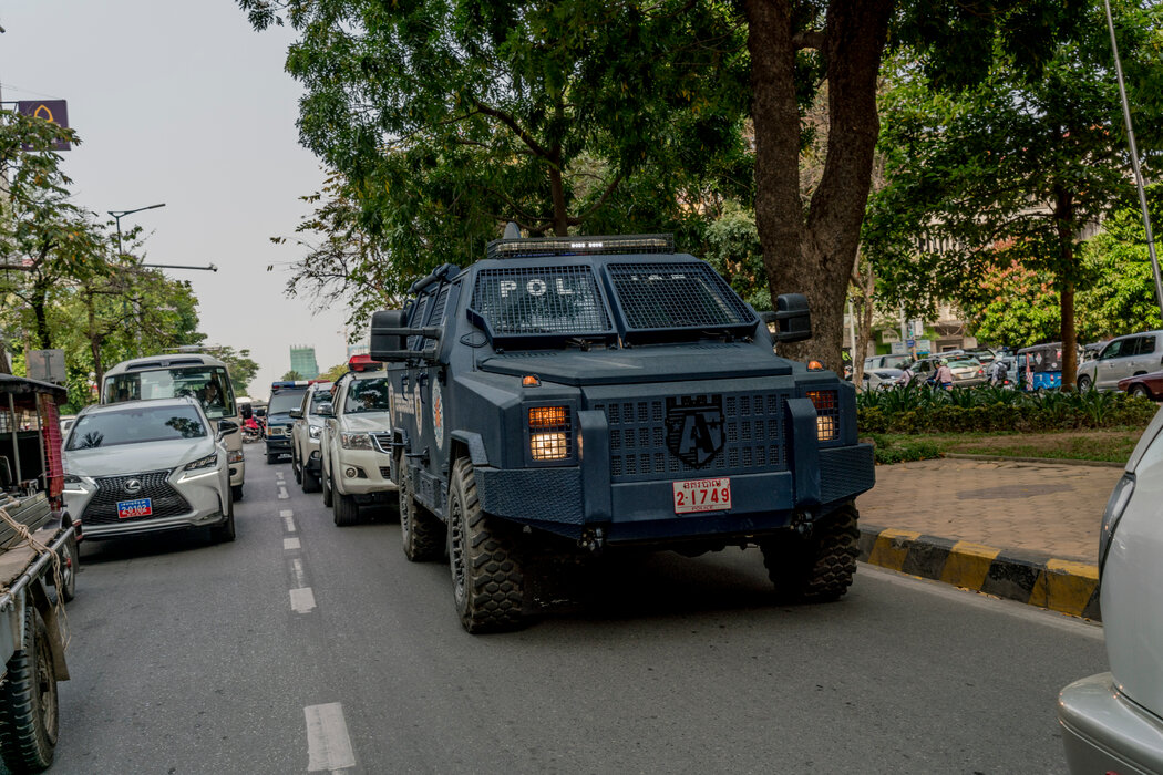 2018年,在金边,柬埔寨安全部队在一辆中国防暴车辆上。