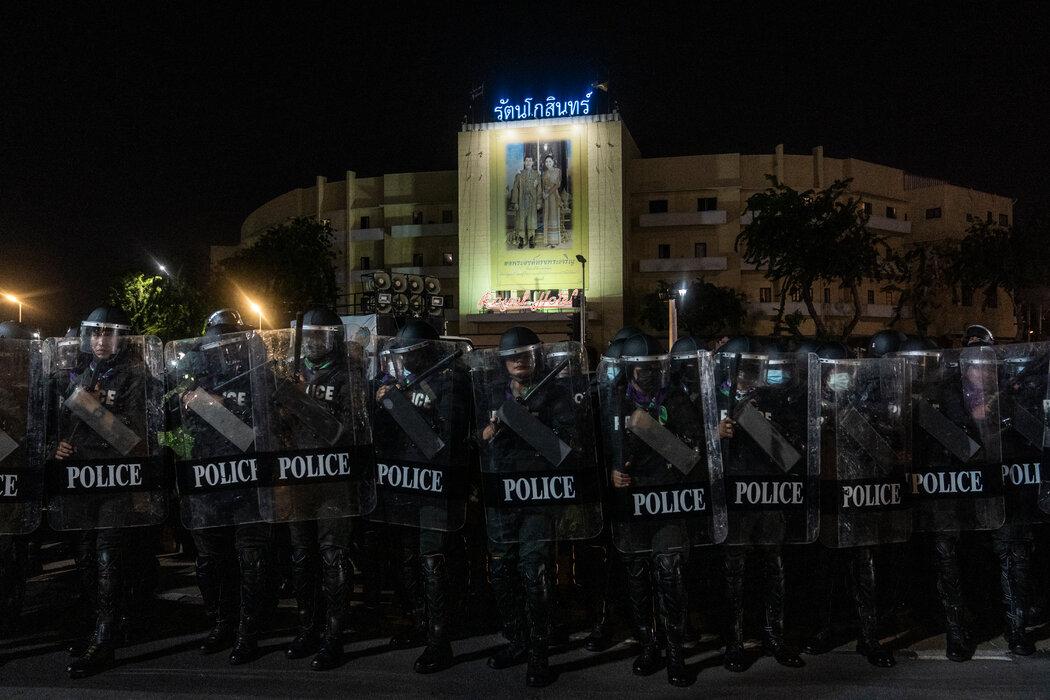 防暴警察上个月在曼谷向抗议者挺进。泰国的反政府示威活动已经恢复,尽管该运动的许多领导人已经入狱。