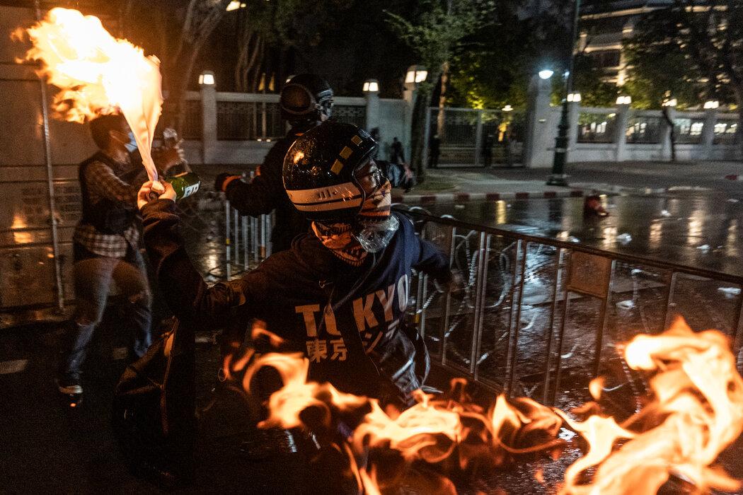 曼谷抗议者向警察投掷燃烧弹。