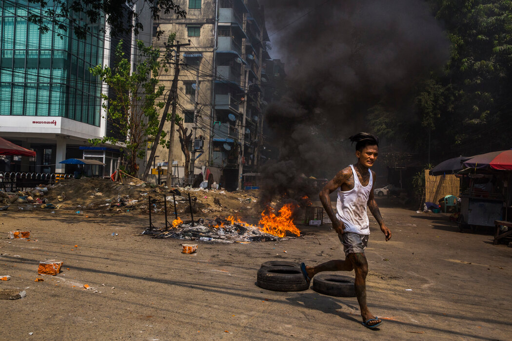 3月27日,仰光的一名抗议者。一个记录屠杀的组织称,仅在那一天,安全部队就开枪击倒了100多人,其中一些是儿童。