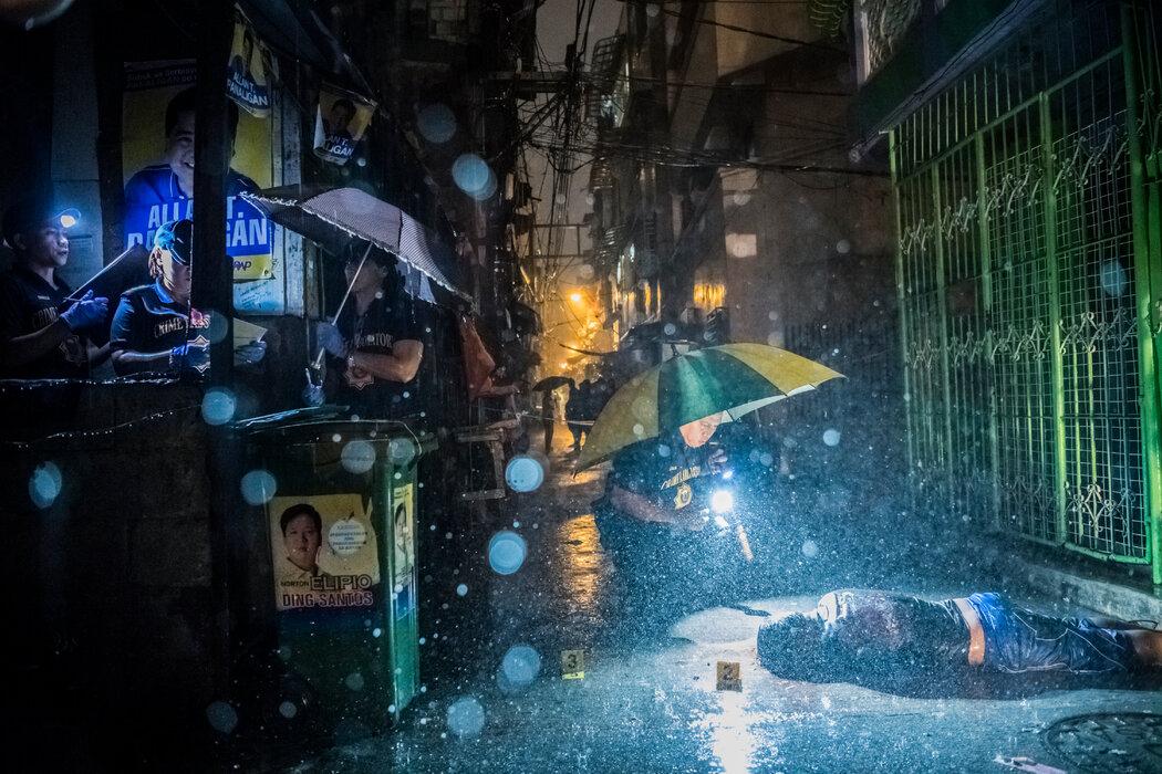 2016年,罗德里戈·杜特地总统就职几个月后,一名男子在马尼拉被身份不明的枪手杀害。在他的任期内发生了数千起法外处决。