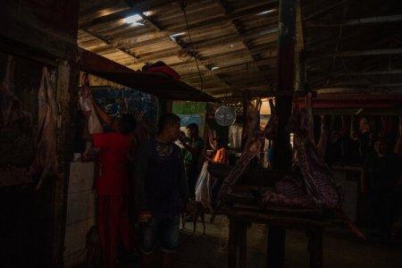 Cabras en una carnicería del mercado central de Paraguaipoa. La carne de cabra es una proteína fundamental en la dieta y la cultura indígenas wayuu.