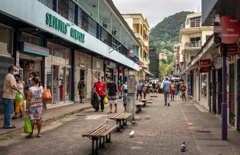 今年早些时候的塞舌尔首都维多利亚。这个人口刚刚超过10万的小岛国现在正与新冠病毒感染的激增作斗争,不得不重新采取限制行动的措施。