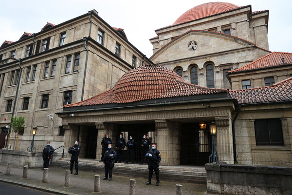 Police officers standing guard outside a synagoguein Frankfurt last week during a demonstration in support of Palestinians.