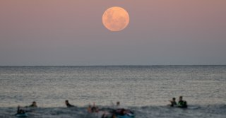 A Super Blood Moon Dazzles Earthlings