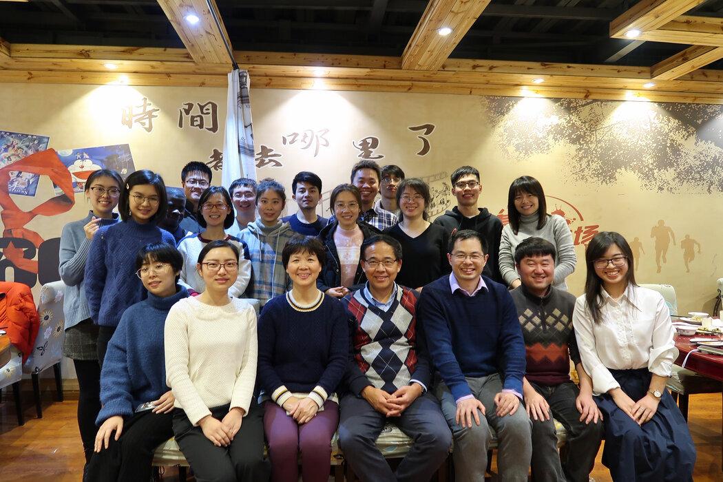 2020年1月15日,石正丽(第一排左起第三)与她的病毒学同行王林发(左起第四)以及武汉病毒研究所的同事在一家武汉餐厅合影。当时疫情刚刚出现,研究小组正在努力了解这种新病毒。