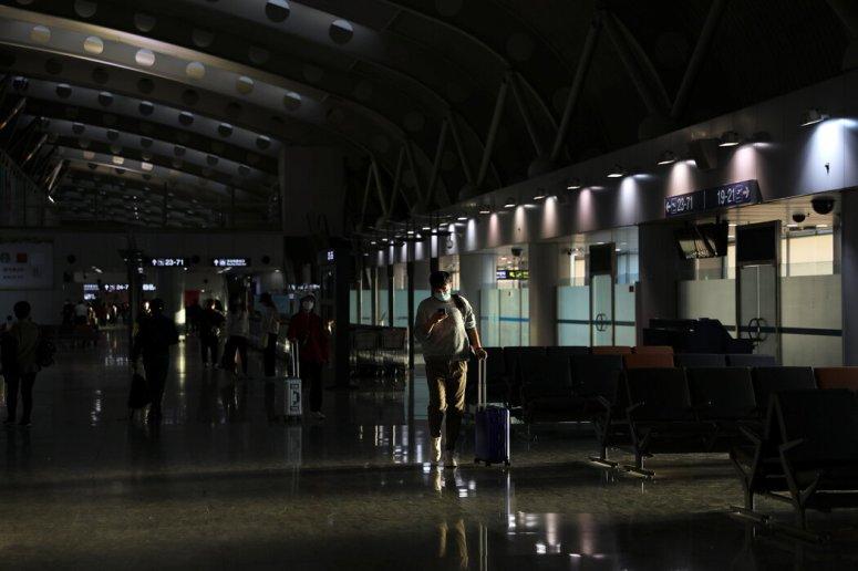 上月,空空荡荡的北京首都国际机场。中国对国际旅客严加限制,对入境者进行长时间隔离。