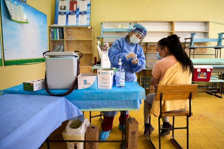 上个月,一名护士在蒙古乌兰巴托注射国药集团的疫苗。尽管蒙古为其一半的人口接种了疫苗,但仍出现了大量的感染病例。