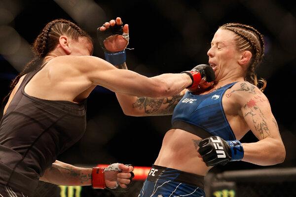 Lauren Murphy, a la izquierda, luchó contra Joanne Calderwood durante su combate en el UFC 263 en Glendale, Arizona, el mes pasado.