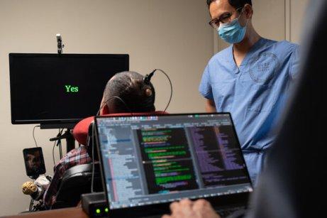 Hombre vuelve a 'hablar' gracias a un implante cerebral.