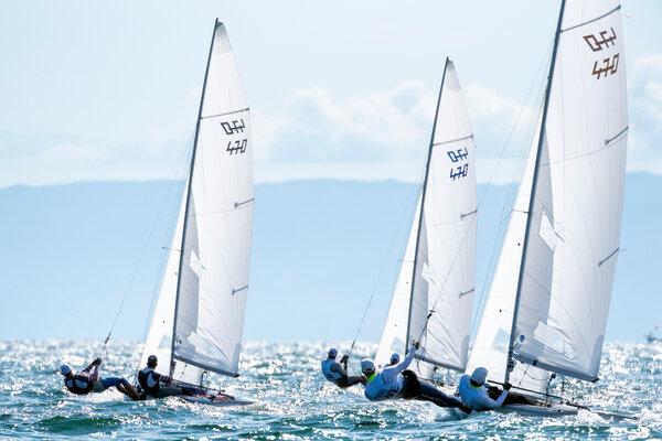 ٹوکیو کے جنوب مغرب میں انوشیما کے پانی پر جمعرات کو مشق کرنے والے ملاح ، جہاں جہاز رانی کا مقابلہ ہوگا۔