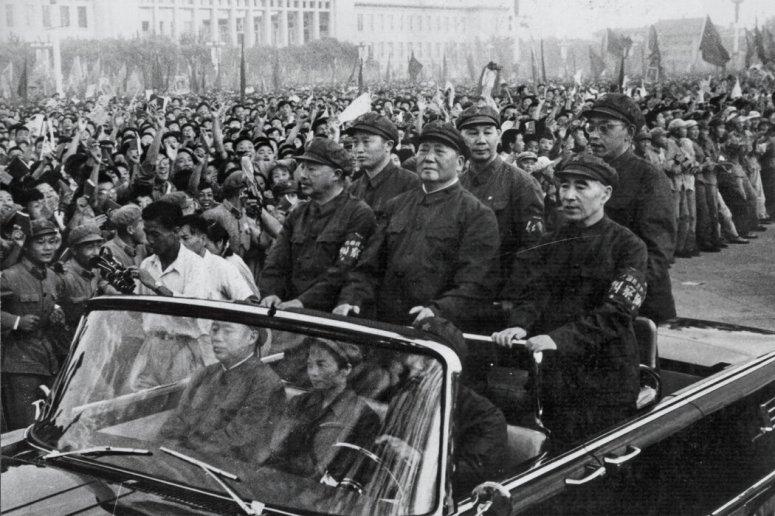 1966年,毛澤東在副手林彪的陪同下在北京的一場集會上露面。余汝信試圖弄清林彪的生平,後者1971年死於飛機失事。