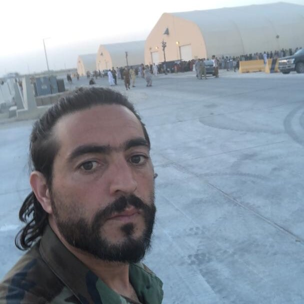 已經逃出阿富汗的翻譯米爾韋斯如今對能否帶走自己的家人感到絕望。