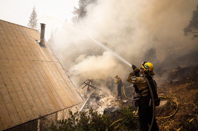 加州斯托伯裡市,聖馬科斯消防隊員在燃燒的小屋中。