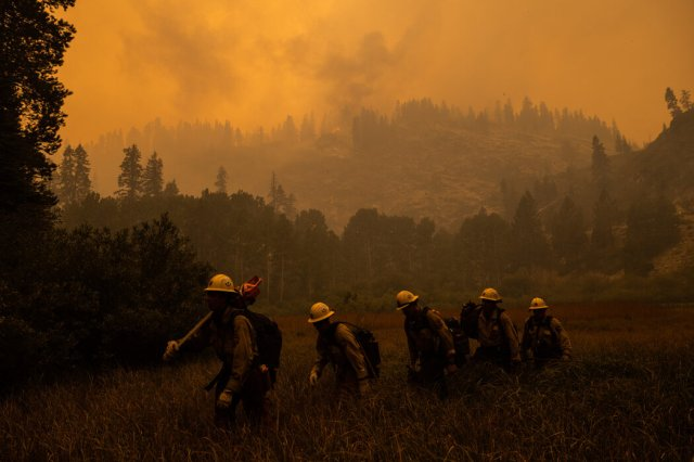 消防員穿行於加州邁耶斯附近的火災現場之間。