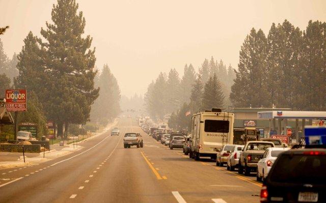 加州南太浩湖疏散後的交通。