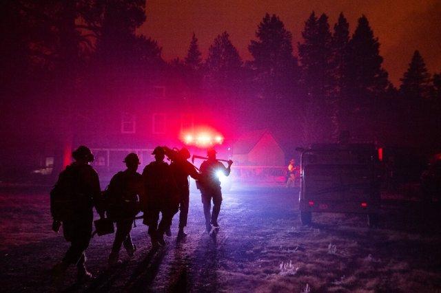 消防員保護邁耶斯的一戶人家。