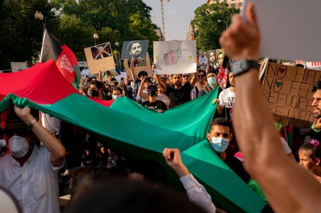 示威者上周六在华盛顿呼吁,8月31日之后继续从阿富汗撤离的工作。
