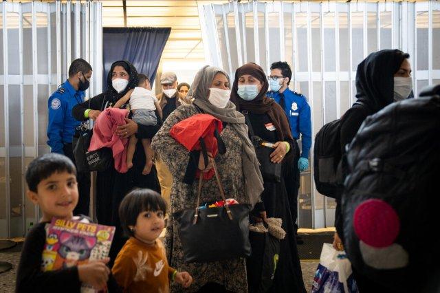 上周抵达维吉尼亚州杜勒斯国际机场的阿富汗撤离人员。