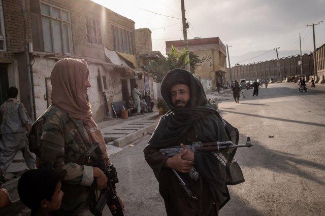 上周,机场附近的塔利班武装分子。由于失去外国援助,该组织的领导人可能很快就会面临大范围的饥荒和其他问题。