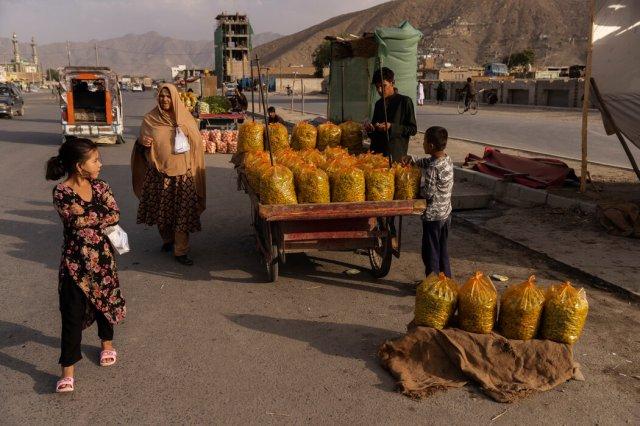 本月喀布尔的水果摊贩。阿富汗的大部分食物和燃料以及大部分电力都需要进口,但支付这些必需品的钱即将耗尽。