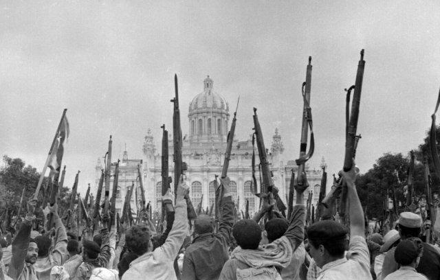 1959年,古巴革命的支持者在哈瓦那的旧总统府前示威。