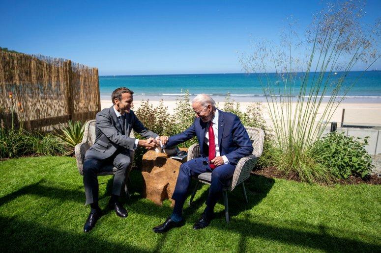 今年在英国举行的七国集团峰会上,马克龙和拜登握手。