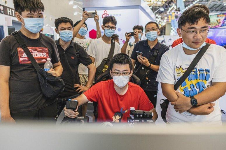 7月,在上海举行的中国国际动漫游戏博览会上,观展者在玩电子游戏。