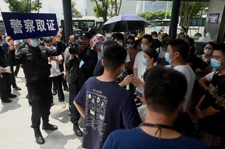 本月,警方拍摄人们聚集在该公司深圳总部外的场景。