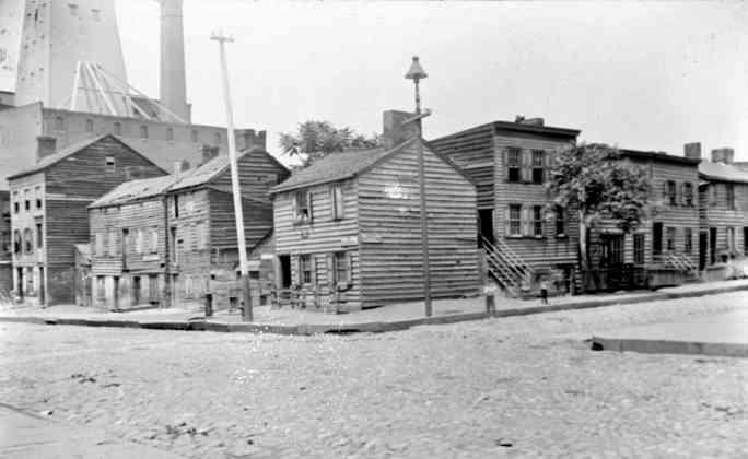 Бруклинские здания на северо-западном углу улиц Эммет и Эмити. Эммет-стрит раньше была второй Уиллоу-стрит.