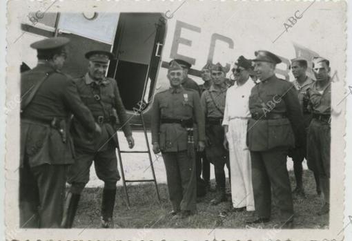 Sevilla, julio de 1936. El General Francisco Franco llega a Sevilla procedente de Marruecos, en un Douglas DC-2 de las líneas aéreas postales de España (LAPE), para ponerse al frente del Movimiento Nacional.