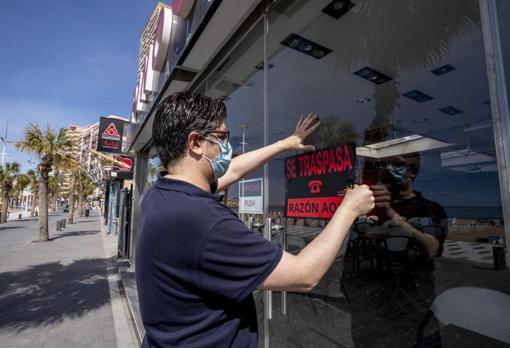 Alex Fratini coloca el cartel de «Se traspasa» a uno de sus restaurantes Pinoccio