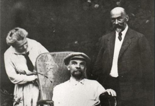 Lenin durante su enfermedad, junto a uno de sus médicos y su hermana María Uliánova, en el verano de 1923