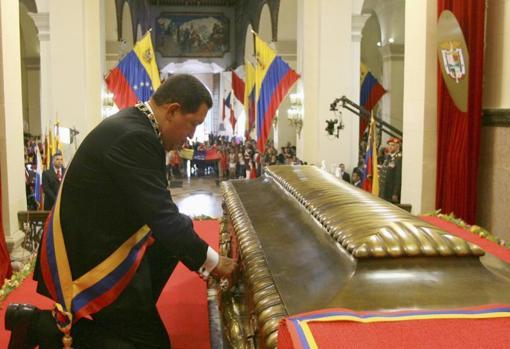 Hugo Chavez rinde homenaje ante el féretro de Simón Bolívar, en el cementerio de Caracas