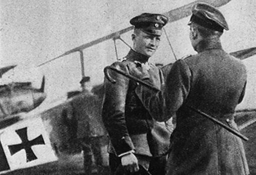 El Barón junto a su Fokker Dr.1 triplano. Esta imagen ha sido extraída del National Museum de los EE.UU.