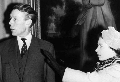 La Reina Isabel II, con Anthony Blunt, en Palacio de Buckingham
