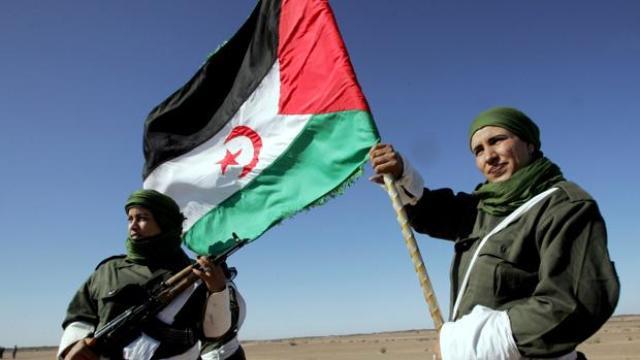 Una mujer porta una bandera de la República Árabe Democrática del Sáhara