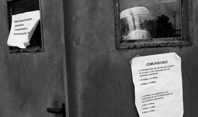Un médico del hospital San José de Maicao vestido con un EPI de seguridad para protegerse de la Covid 19 observa el exterior desde una ventana de la UCI del hospital.
