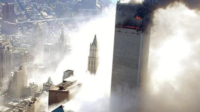 Las torres gemelas en Nueva York envueltas en llamas y humo por el ataque terrorista.