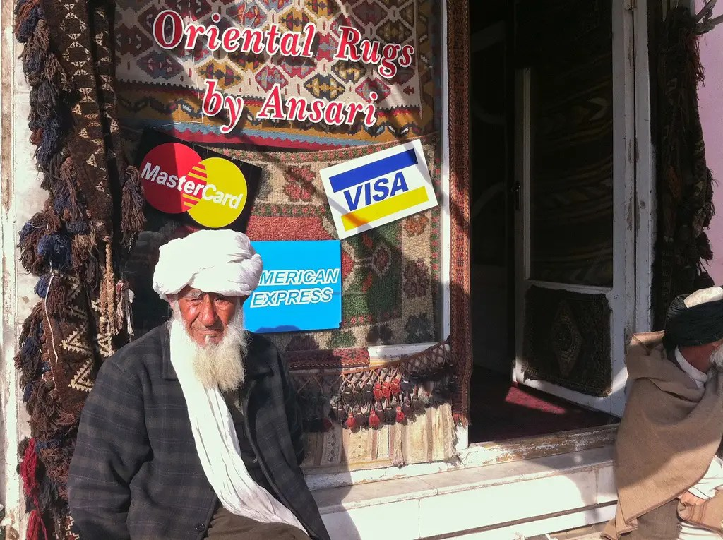 Esta tienda de alfombras, que se aceptan: American Express, está situado en el casco antiguo de Herat