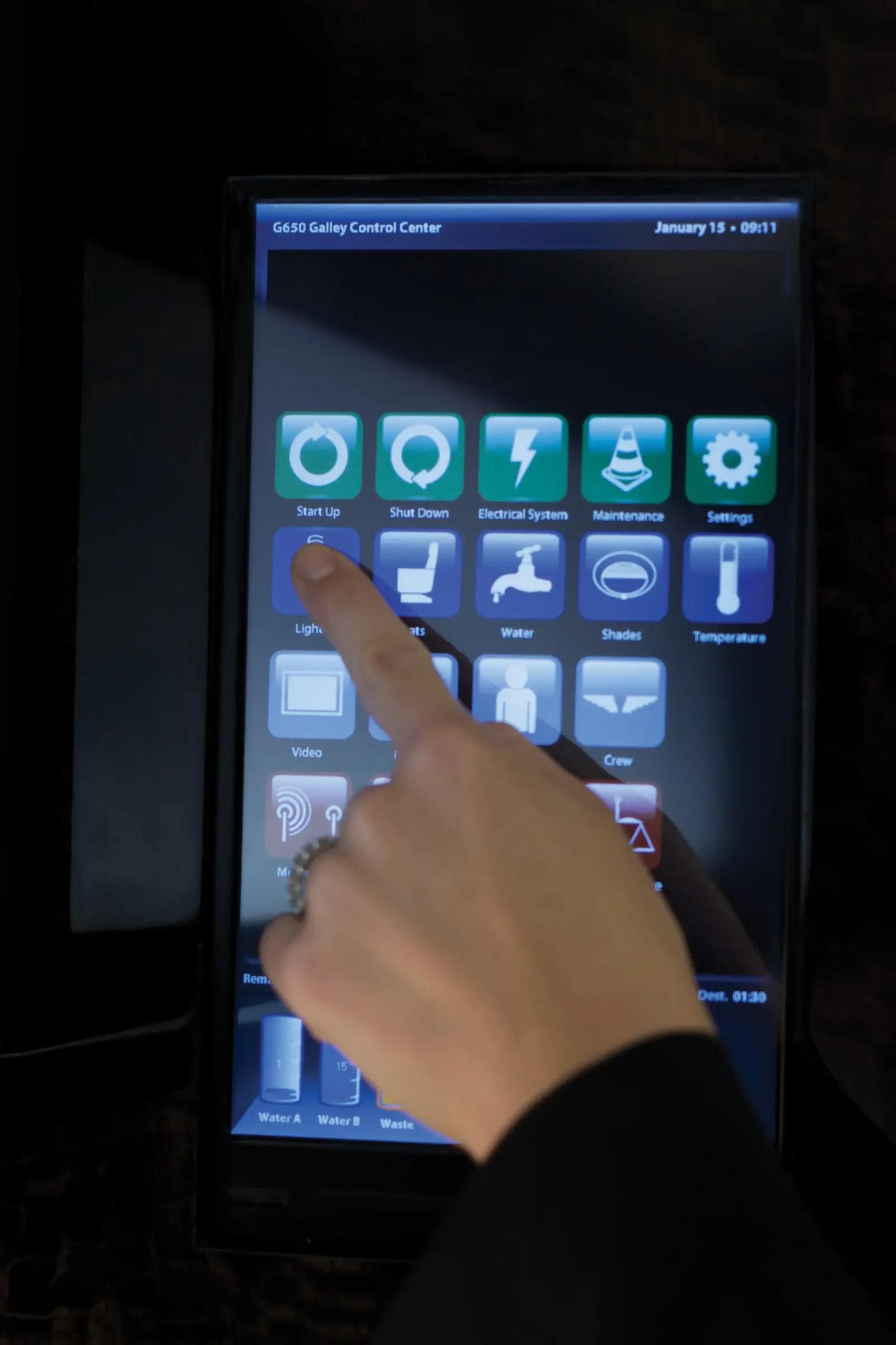 Un sistema de entretenimiento de control táctil ofrece un reproductor de BluRay / DVD / CD, además de dos grandes monitores LCD de alta definición y un sistema de altavoces estéreo.