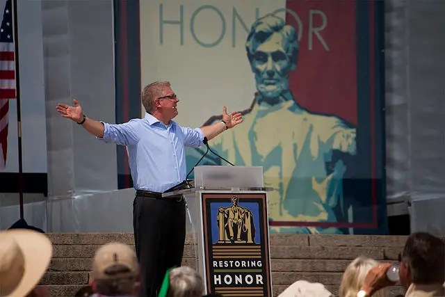 640px Glenn_Beck_Restoring_Honor_Hands_Out