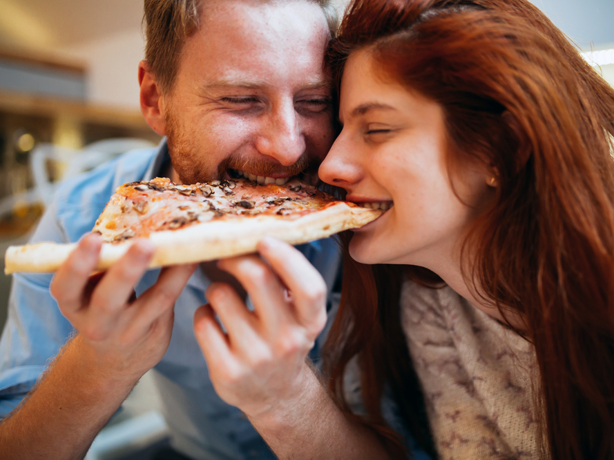 couple eating pizza
